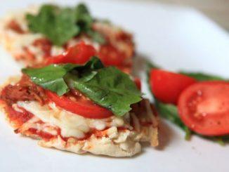 Постна пица с лютеница, готова за минути