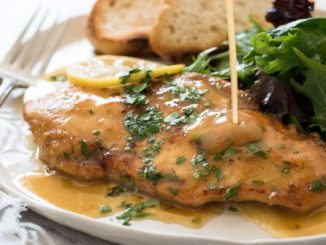 Пилешко със сос от кисело мляко