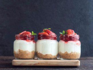 Чийзкейк в чаша рецепта в бяло и червено като мартеница