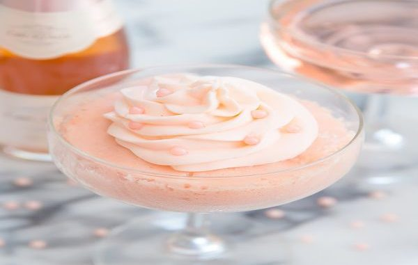 Сладкиш в чаша с розово шампанско