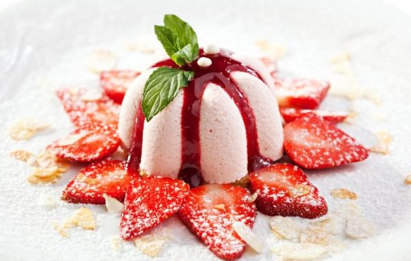 Рецепта за сладоледена торта в бяло и червено като мартеница