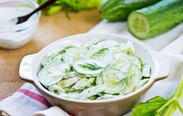 Вкусна салата с краставици и сметана