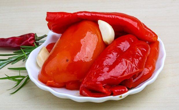 Печени червени чушки с чесън- рецепта за 20 минути